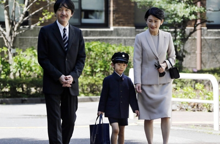 Japan's Prince Hisahito (C) accompanied by his parents Prince Akishino (L) and Princess Kiko, arrive at Ochanomizu University Elementary School for his entrance ceremony in Tokyo April 7, 2013.  REUTERS/Koji Sasahara/Pool (JAPAN - Tags: ROYALS)