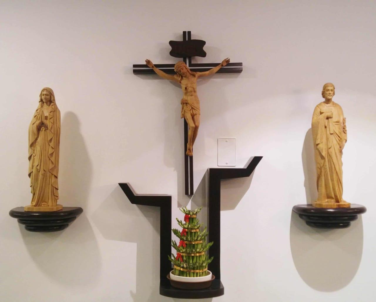 Lựa chọn gỗ gì để làm bàn thờ chúa treo tường?